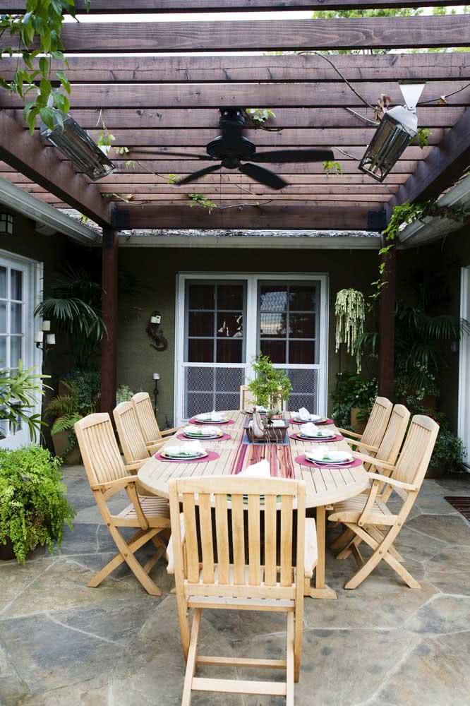 Mesa oval rústica para a área externa da casa