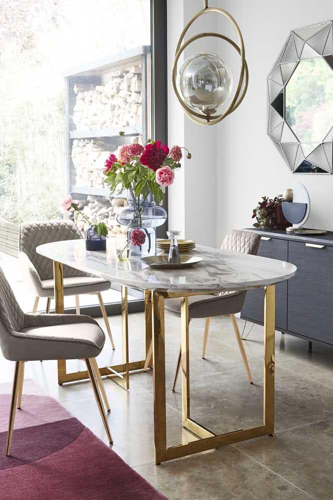 Um canto alemão charmoso com mesa oval e cadeiras verdes