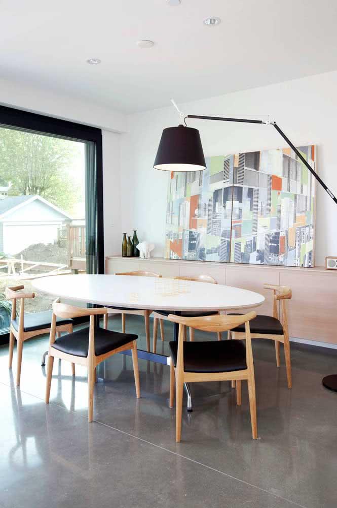 Mesa oval com seis cadeiras: espaço e conforto para todo mundo