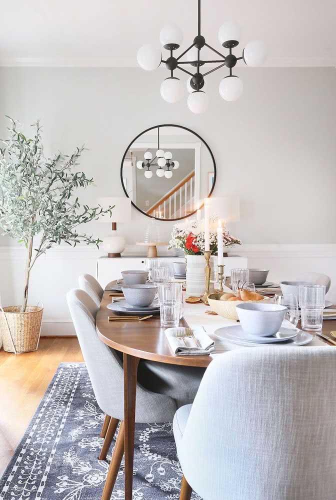 Para finalizar a decoração com mesa oval aposte em um lindo tapete