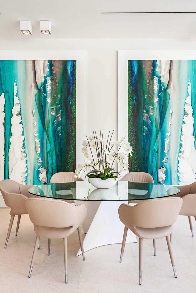 Super elegante, essa mesa oval traz tampo de vidro e pé único