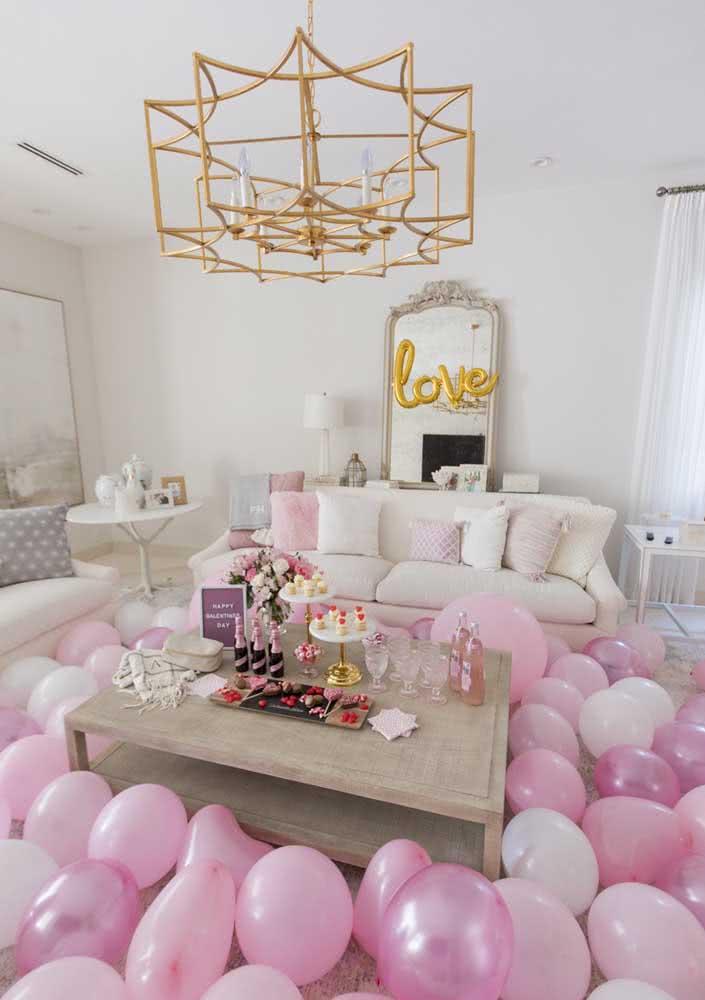 Balões rosa e branco garantem o clima desse jantar romântico