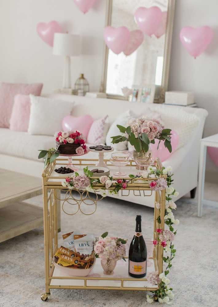 Flores e balões para uma decoração de dia dos namorados delicada e romântica