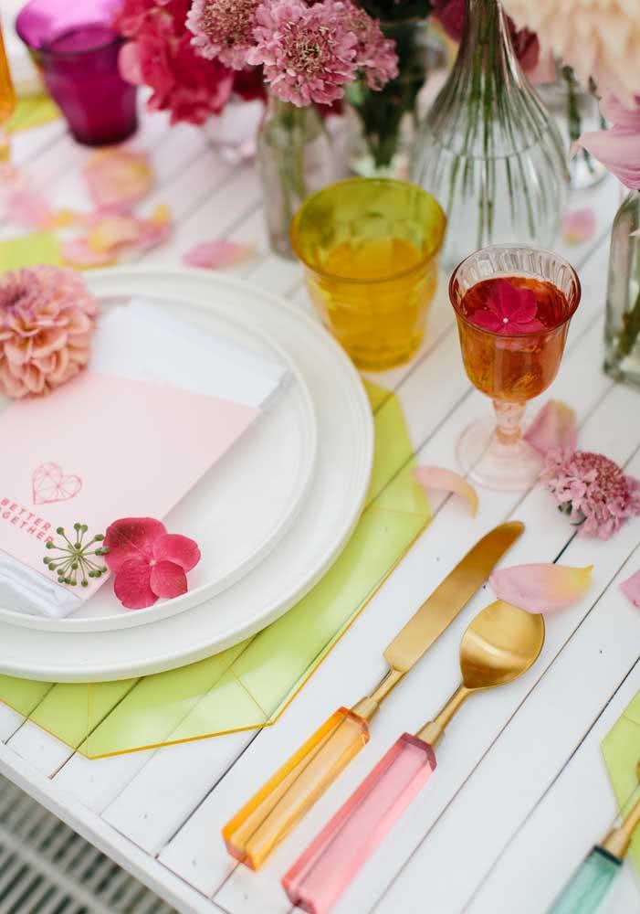 Para entrar ainda mais no clima botânico, coloque flores na decoração dos pratos