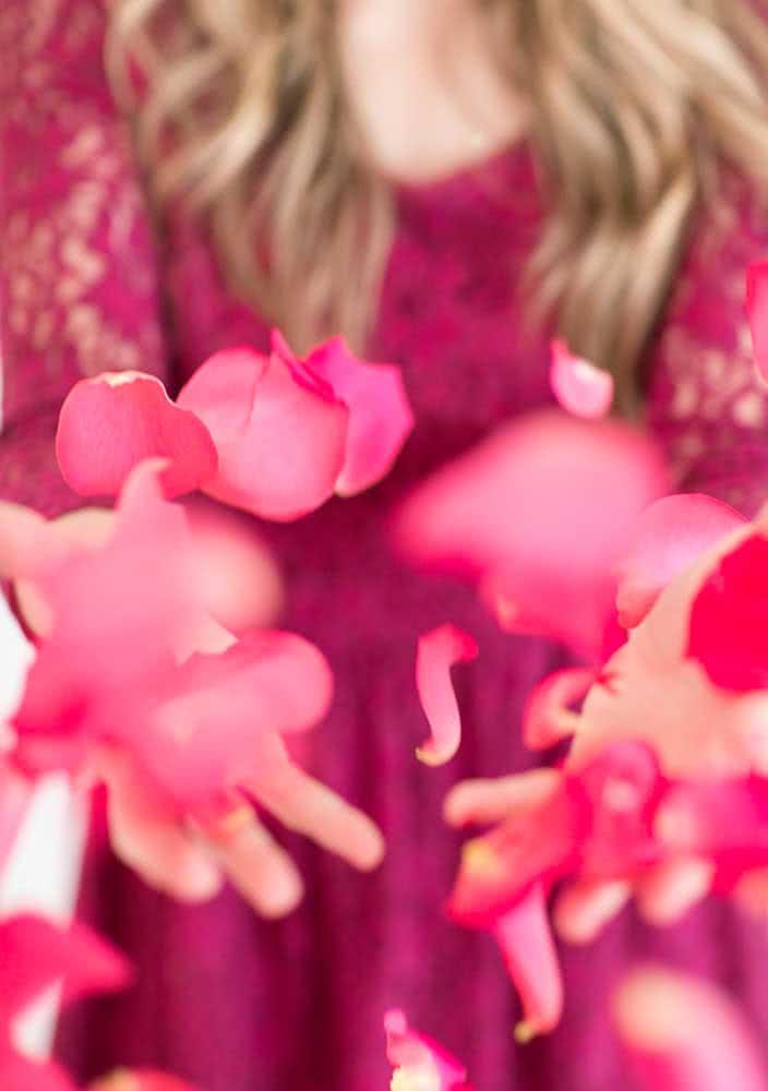 Espalhe pétalas de rosas pelo caminho