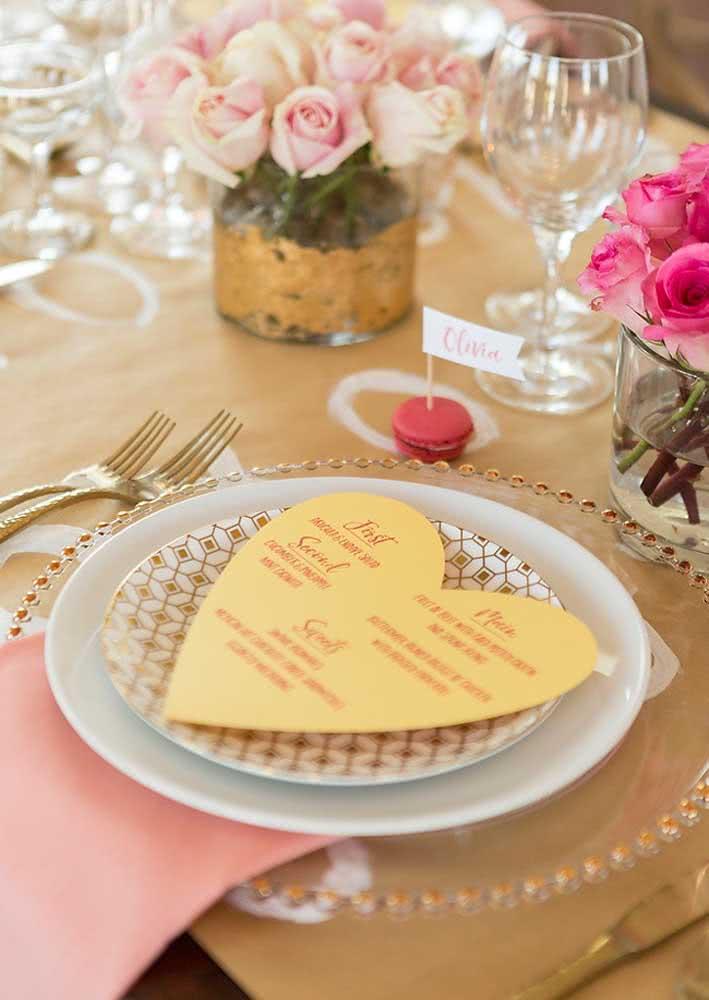 Sobre o prato, o menu em formato de coração. Dá pra ser mais fofo?