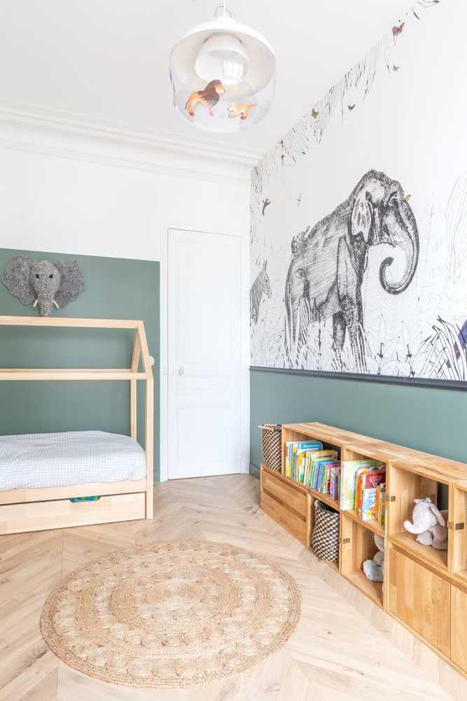 Pintura embaixo, papel de parede em cima