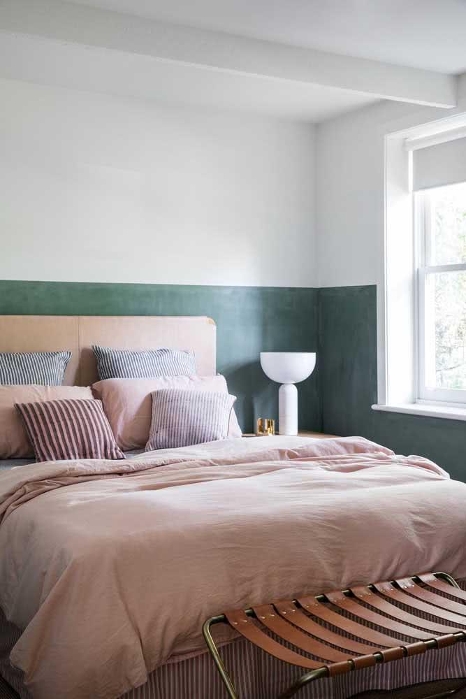 Meia parede verde contornando o quarto