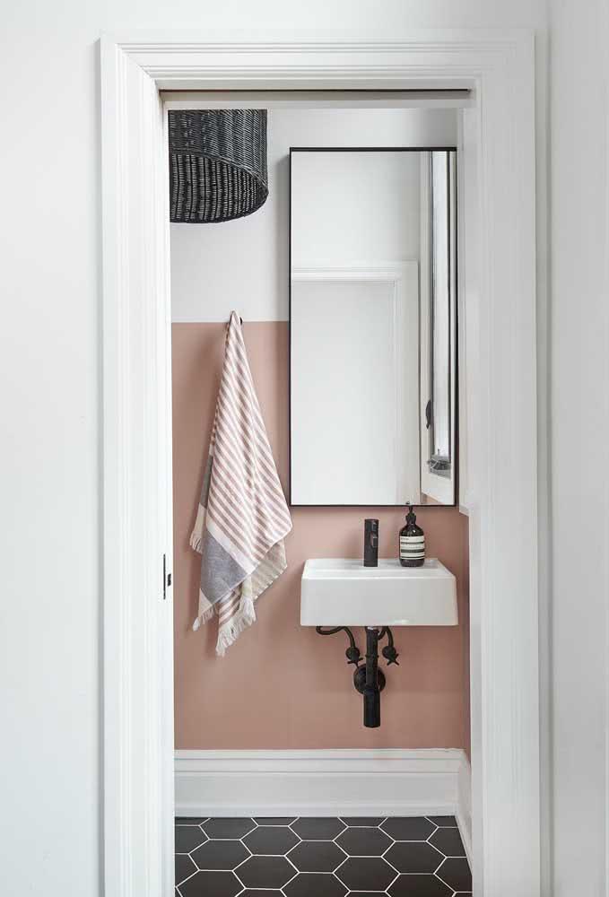 Banheiro moderno e minimalista com meia parede rosa