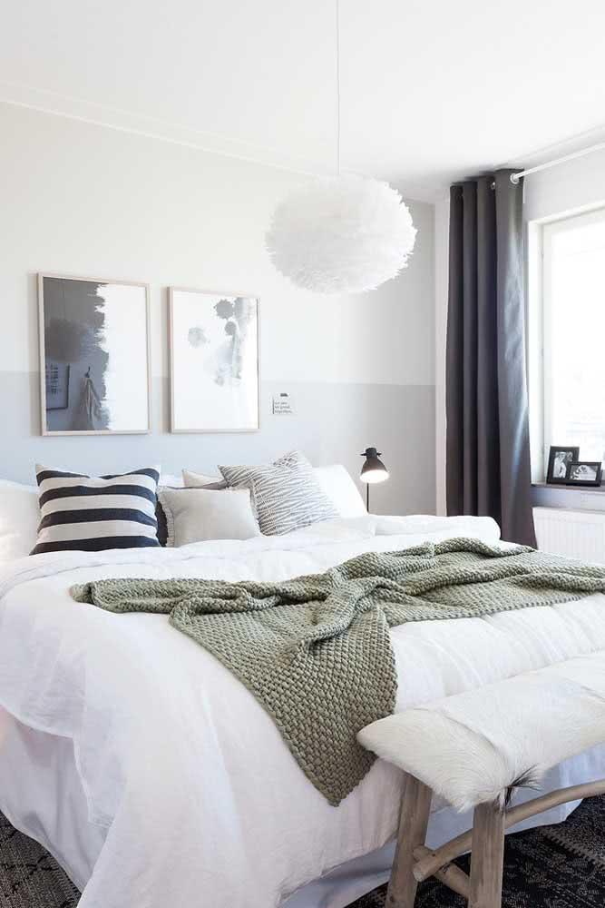 Meia parede pintada de cinza combinando com o quarto moderno