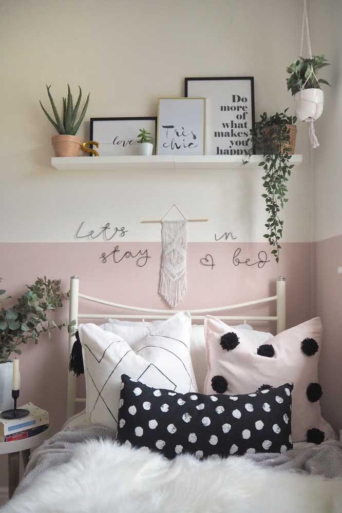 Já no quarto é a meia parede rosa que se destaca