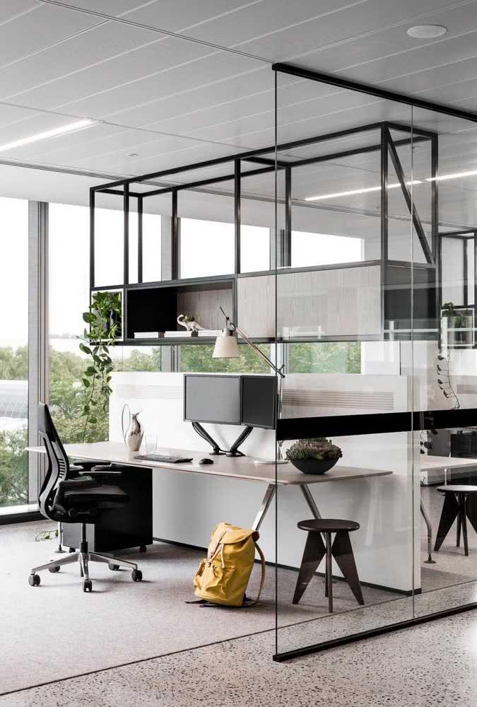 Divisória de vidro com porta para o escritório: clean, elegante e moderno
