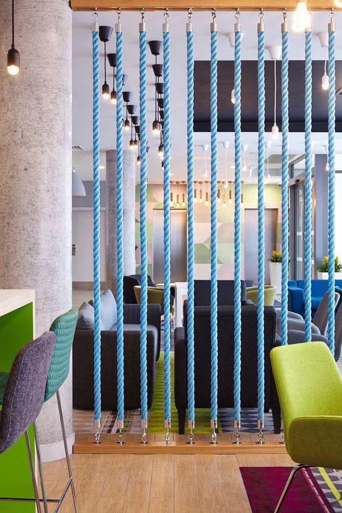 Mas se a intenção for criar um espaço comercial moderno e despojado, então invista nessa ideia de divisórias de cordas