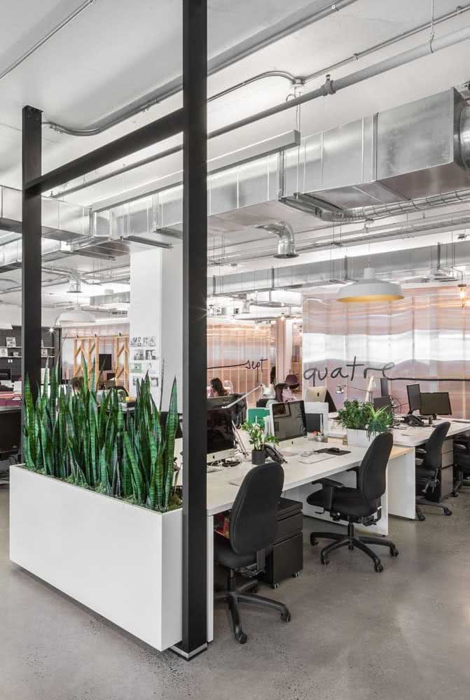 Divisória de vidro para o escritório: delimita e integra ao mesmo tempo