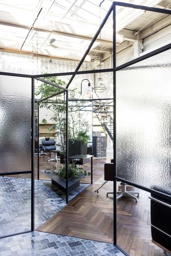 Já se a intenção é trazer privacidade, a divisória de vidro jateado é uma ótima opção