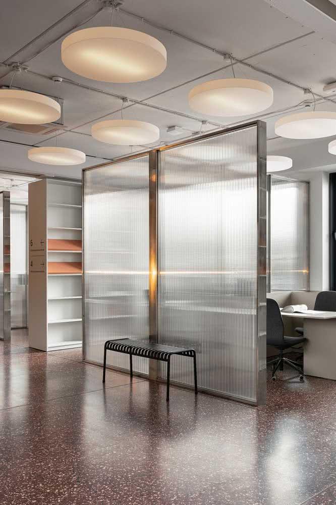 Divisória de vidro canelado para escritório: solução sofisticada com toque retrô