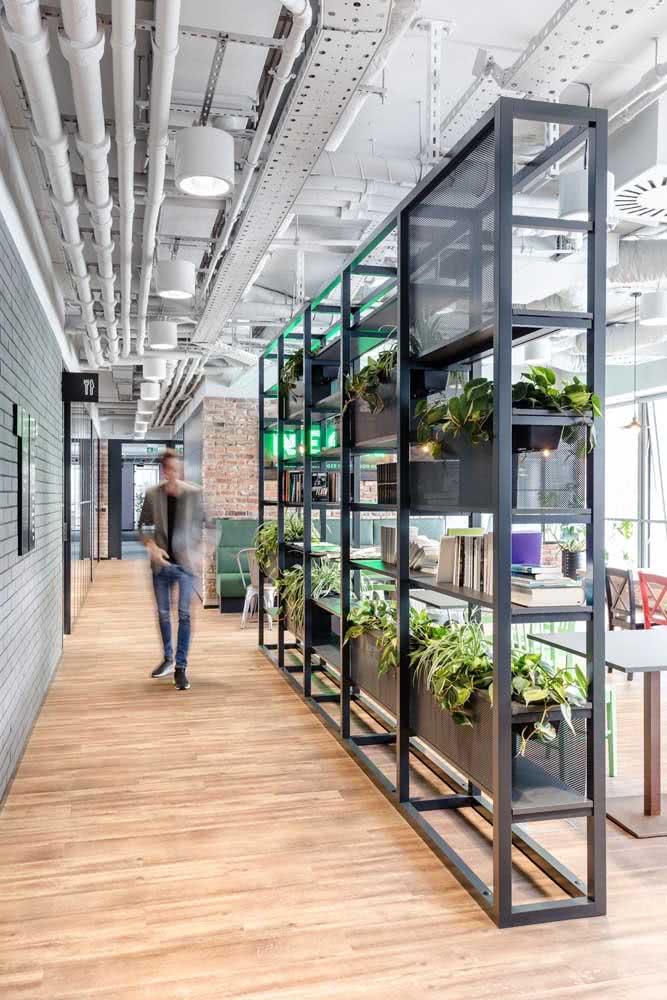 Olha que boa ideia: aqui, as divisórias funcionam também como prateleiras, otimizando ainda mais o espaço do escritório