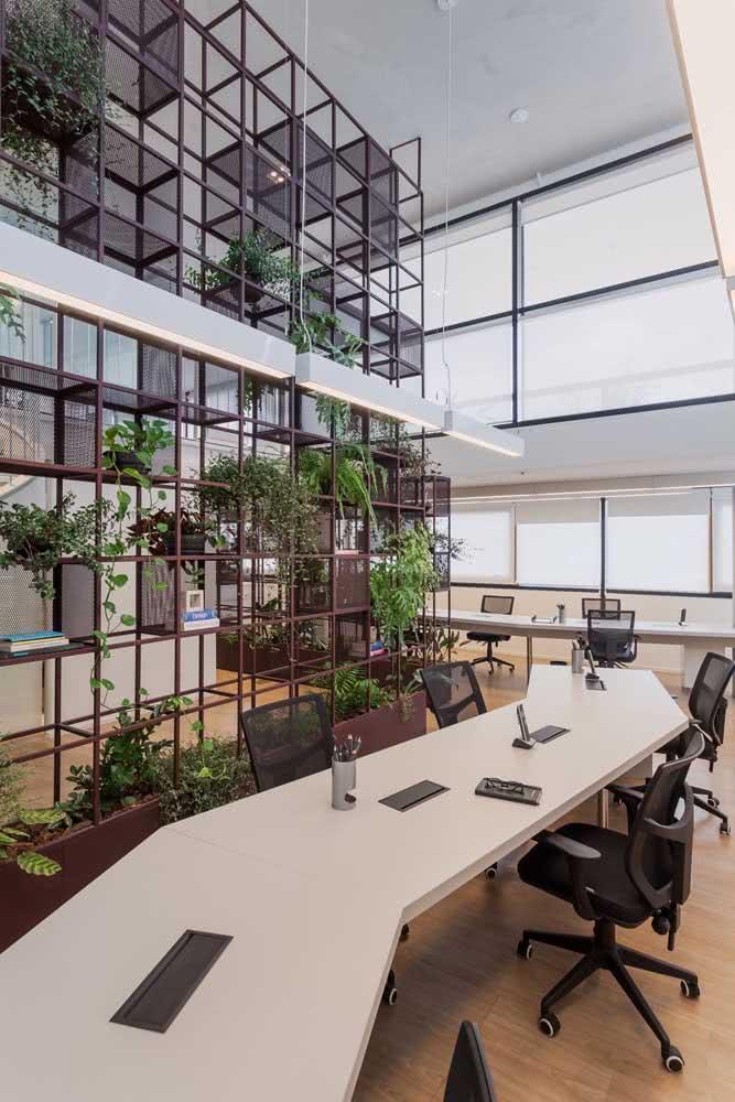 Que tal trazer plantinhas para o escritório? Faça isso usando uma divisória com prateleiras