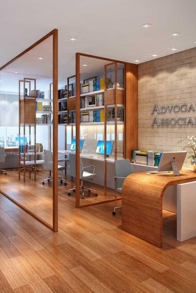 Divisória de vidro e madeira: a cara de um escritório elegante e moderno