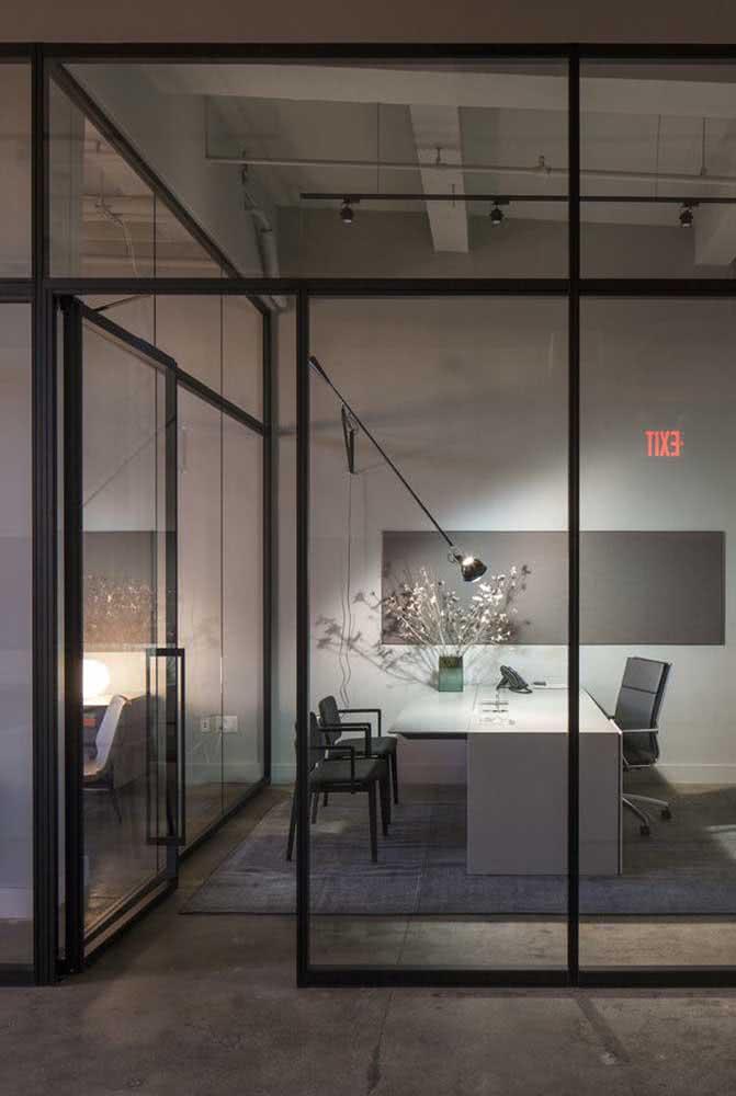 O charme dessa divisória de vidro são os frisos pretos