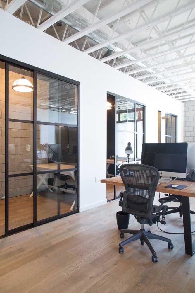 Divisórias de vidro que também funcionam como portas