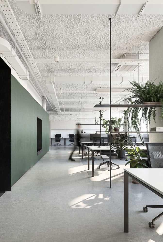 Divisórias metálicas para escritório com função de organizar e delimitar o espaço