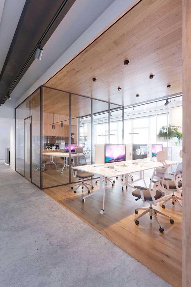 Aqui, a divisória de vidro foi instalada apenas na sala principal do escritório