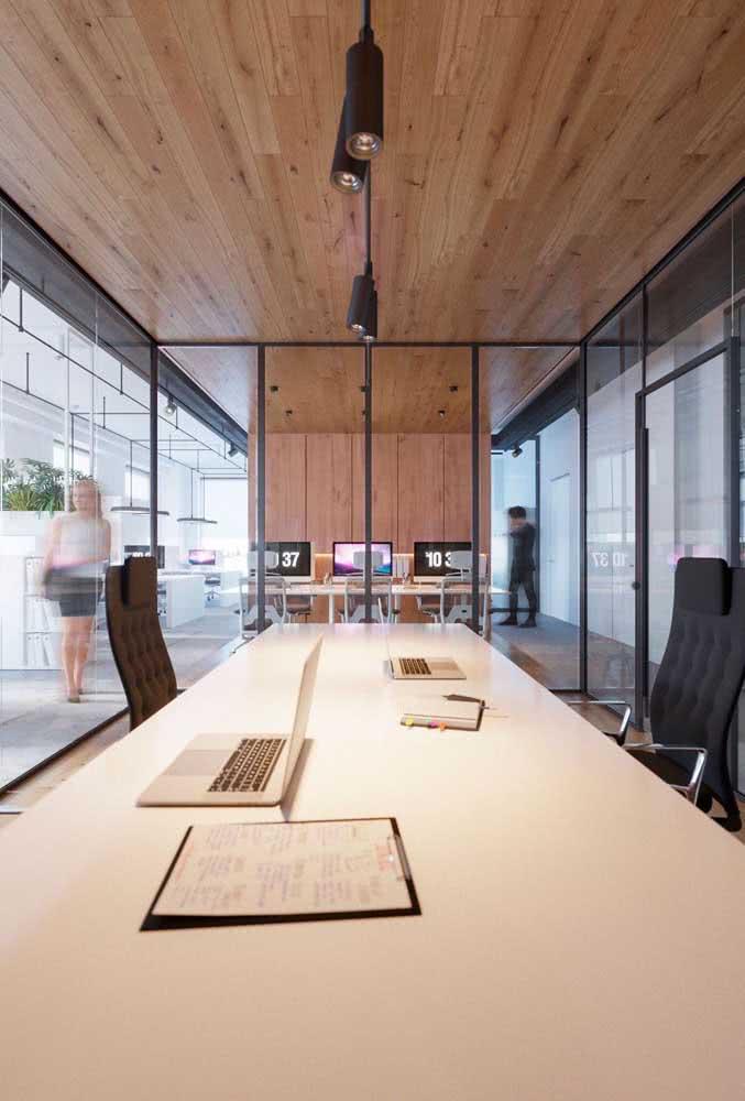 A divisória de vidro permite integrar todo o escritório, mantendo o isolamento acústico necessário