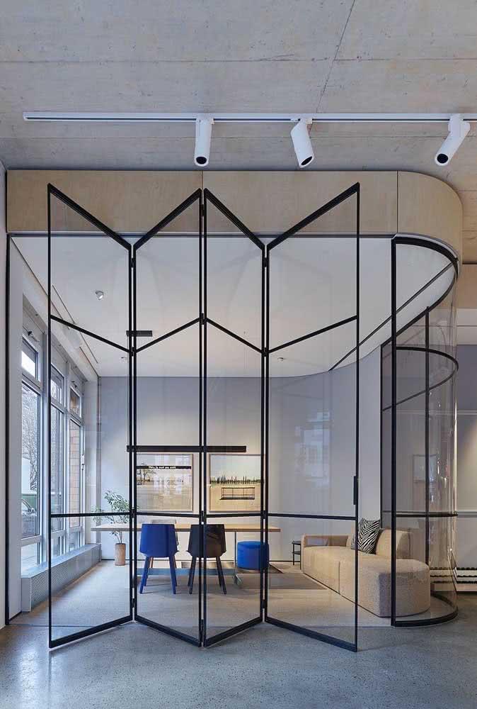 Portas de vidro articuladas são outra ótima opção de divisórias