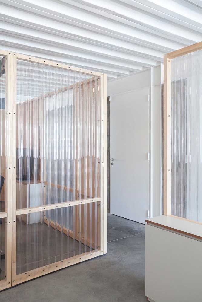 E se você usasse telhas de PVC transparente para criar as divisórias do escritório?