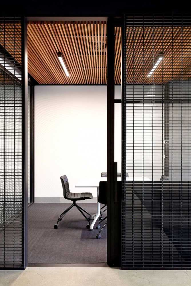 Divisória de vidro para escritório com persiana. A privacidade também fica garantida