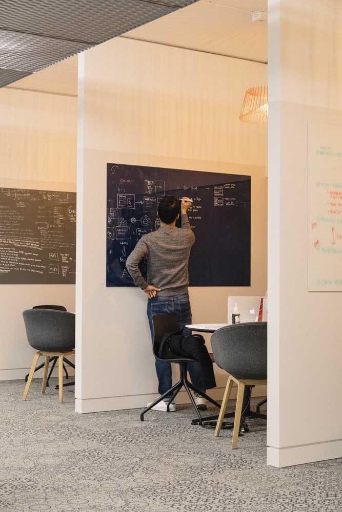 Aqui, as divisórias de drywall criam pequenas salas para cada funcionário