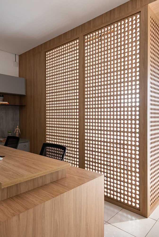 Divisória de madeira para escritório. As partes vazadas garantem luminosidade e ventilação