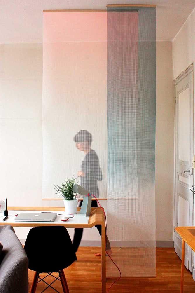 Que tal divisórias de tecido para o escritório? O efeito é leve e delicado