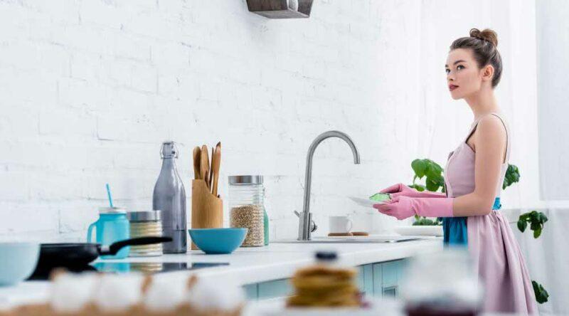 Lavar a louça rápido: veja 5 dicas para você seguir sem complicações