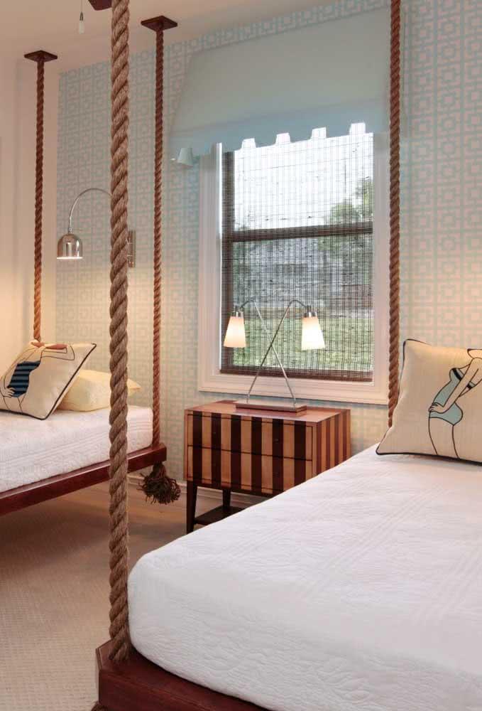 No quarto compartilhado dos irmãos, as camas são flutuantes e suspensas por cordas para um efeito decorativo