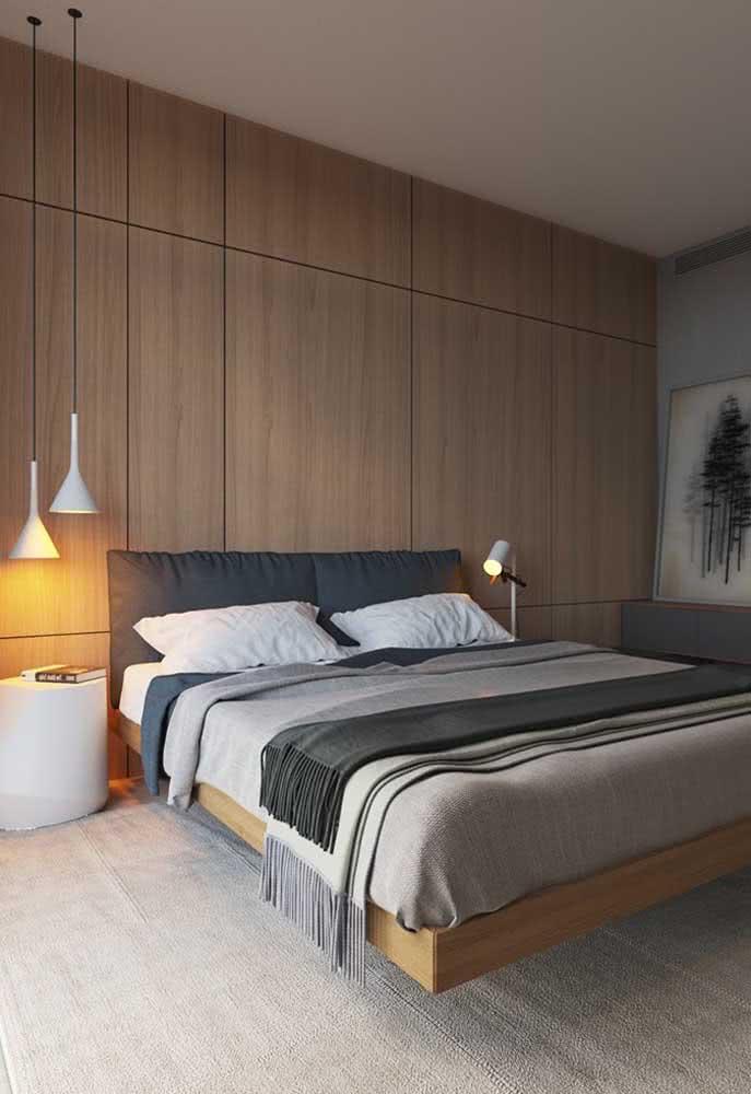 Feita em casa ou na marcenaria, a cama flutuante é sempre o destaque do quarto