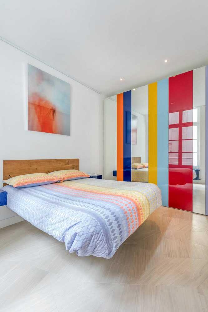Cama flutuante com cabeceira. Visual clean e moderno no quarto colorido