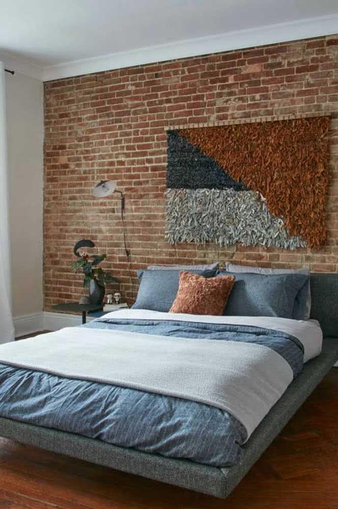 A parede de tijolinhos também sabe recepcionar muito bem a cama flutuante