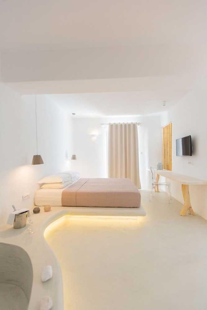 Aqui, a cama flutuante recebeu o suporte de uma base de cimento com iluminação embutida
