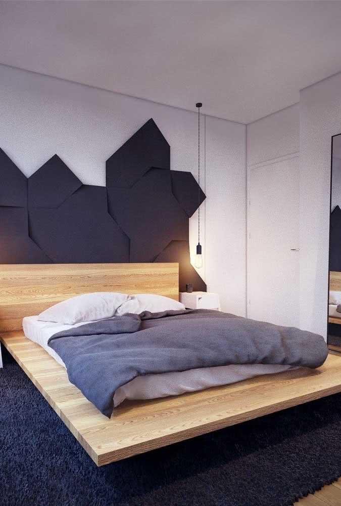 Já aqui, a cama flutuante ganhou uma base maior do que o colchão garantindo um espaço extra ao redor da cama