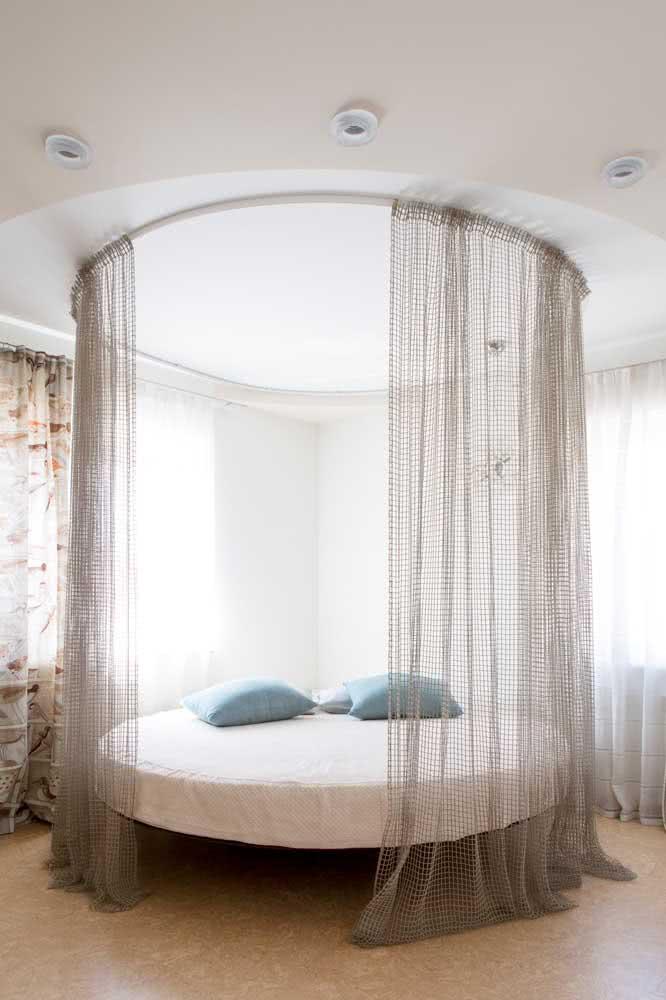 Que tal uma cama flutuante redonda e com dossel? Parece coisa de cinema!