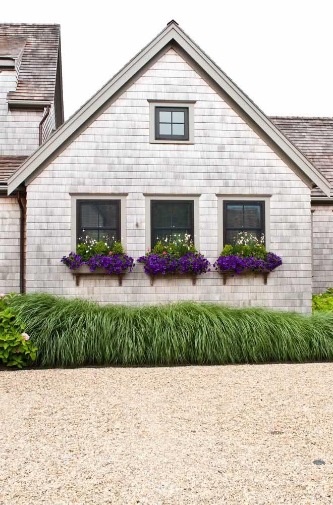 Aquela casinha romântica e charmosa com floreira na janela...