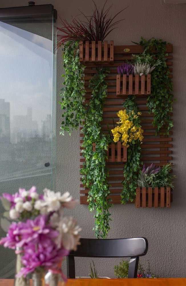 Floreira de madeira para a varanda de apartamento: um clássico na decoração de áreas externas