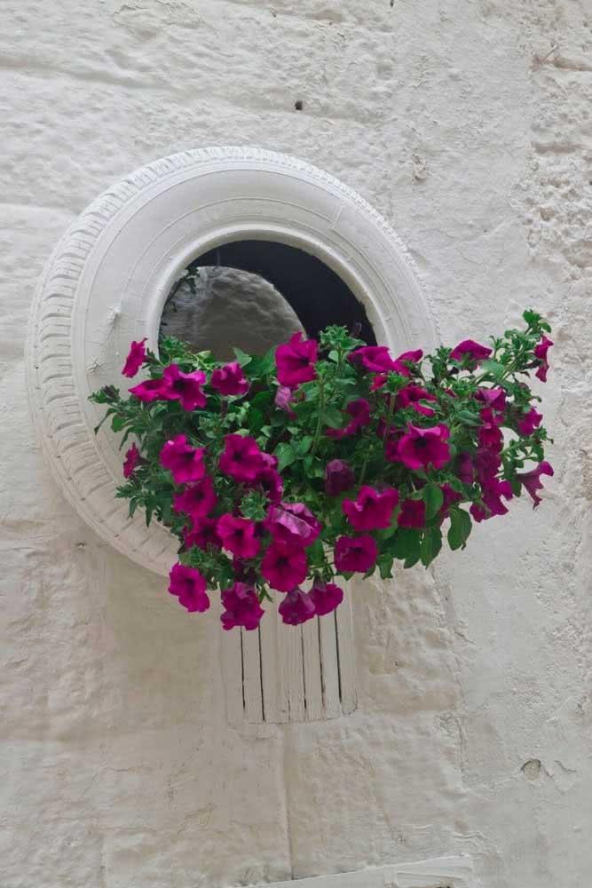 Floreira de pneu: opção de jardim sustentável