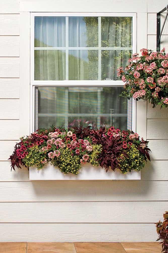 Delicada e romântica, a floreira de janela foi feita para quem ama sonhar acordado