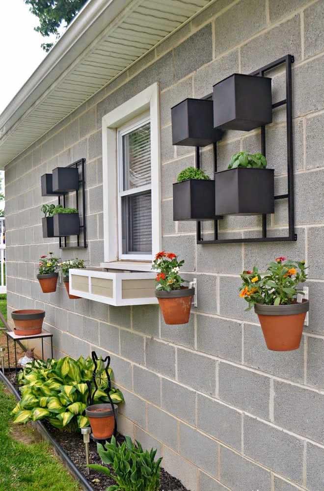 Floreira de parede externa combinando com o estilo da fachada da casa