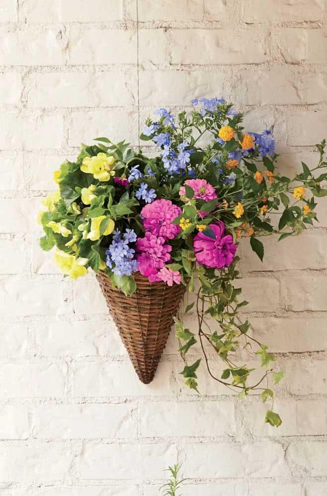 Floreira de parede em vime: rusticamente delicada