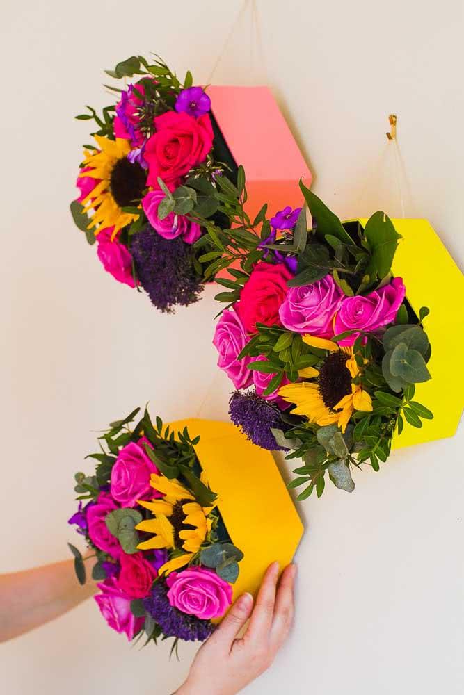 Floreira de papelão colorido para expor as flores de corte. Uma alternativa aos arranjos florais convencionais