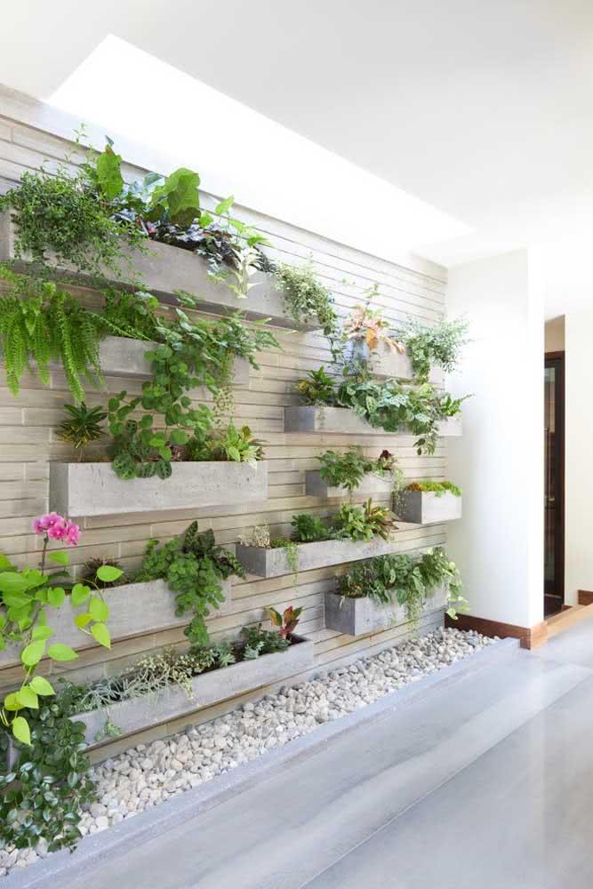 Floreiras de vários tamanhos para criar movimento no jardim vertical